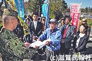 自衛隊今津駐屯地に訓練中止を申し入れる「あいば野平和運動連絡会」写真
