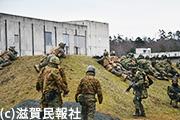市街地訓練場内の敵を攻撃する米海兵隊員と自衛隊員写真