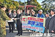 陸自中部方面総監部に訓練中止を要請する「ふるさとをアメリカ軍に使わせない滋賀県連絡会」などの代表ら写真